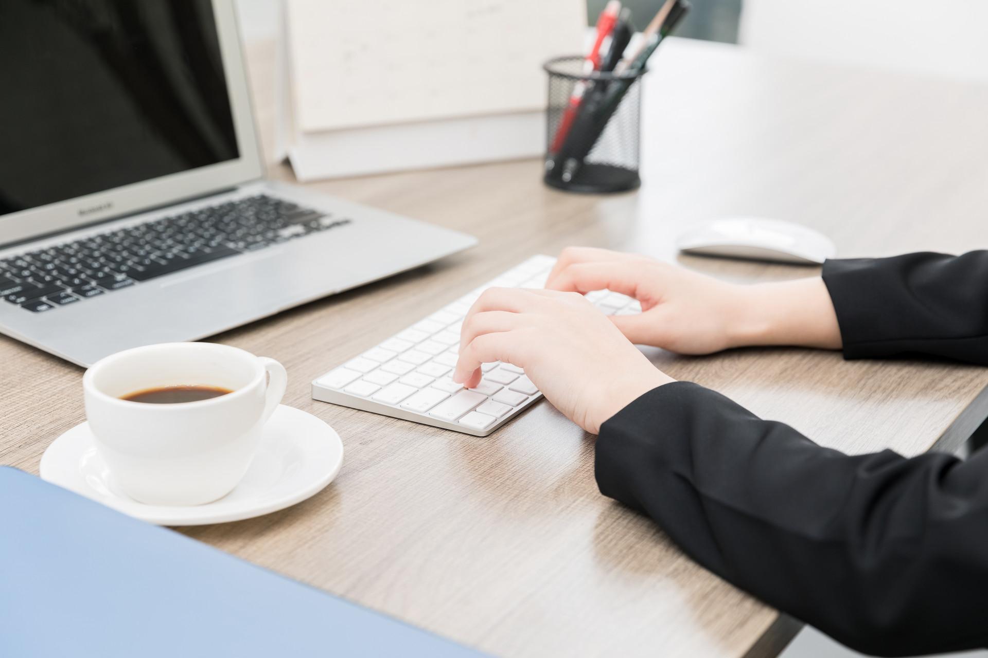 我们都知道传统的工资条发放需要以纸质的形式发放到个人手中,而使用微信群发个人工资条需要通过网络把工资条直接发放到个人的微信上,这两种方式有哪些具体的不同呢?